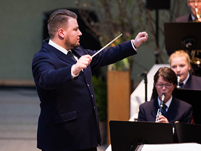 Steffen Wardemann dirigiert in Uniform
